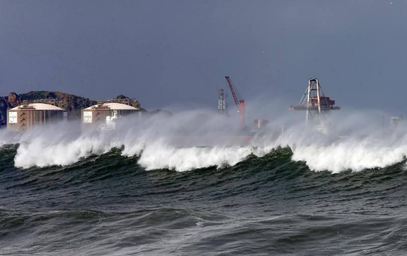 Los efectos de 'Helena' en la playa de Gijón