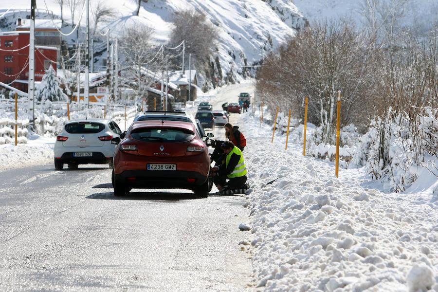 Jornada caótica en el acceso a las pistas de invierno asturianas