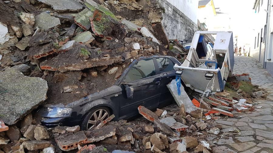 Un muro se derrumba sobre dos coches en Tapia