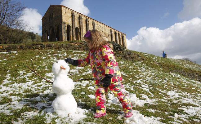 La nieve se deja ver en Oviedo