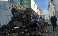 Dos coches atrapados bajo los escombros de un muro en Tapia de Casariego
