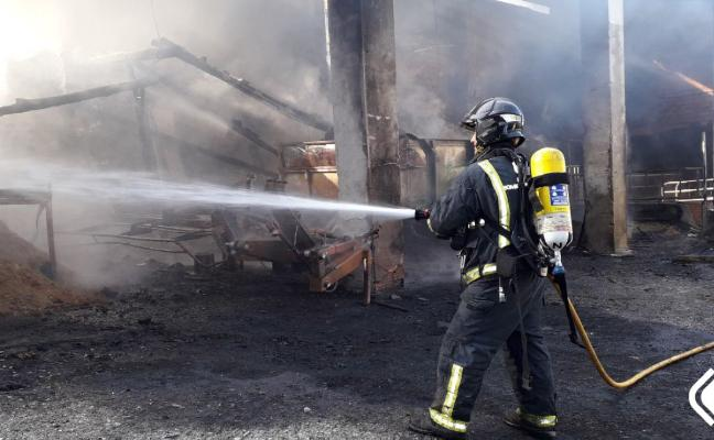 Mueren ocho terneras en una cuadra calcinada por un incendio en Vegadeo