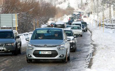 La nieve acumulada en el acceso a las estaciones de esquí provoca retenciones y protestas