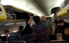 Sin agua, comida ni explicaciones: la experiencia de los pasajeros asturianos atrapados 26 horas en un vuelo de Ryanair