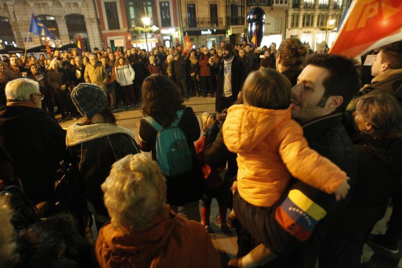Doscientas personas se juntan en Oviedo en defensa de Maduro