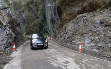 La carretera del Pontón, reabierta tras ser retiradas 600 toneladas de roca