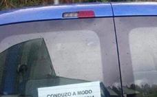 El ingenioso cartel de un coche que cautiva a todo aquel que se lo encuentra