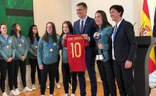 Pedro Sánchez, a las campeonas de la sub-17: «El deporte femenino no debe estar escondido»