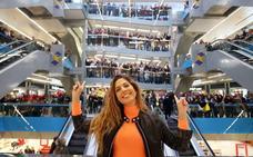 Miriam Rodríguez, de 'Operación Triunfo', llena El Corte Inglés de Oviedo con su firma de discos