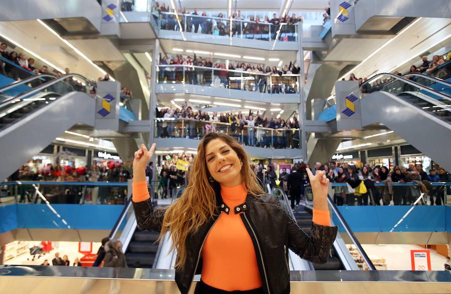 Miriam Rodríguez llena el Corte Inglés de Oviedo con su firma de discos