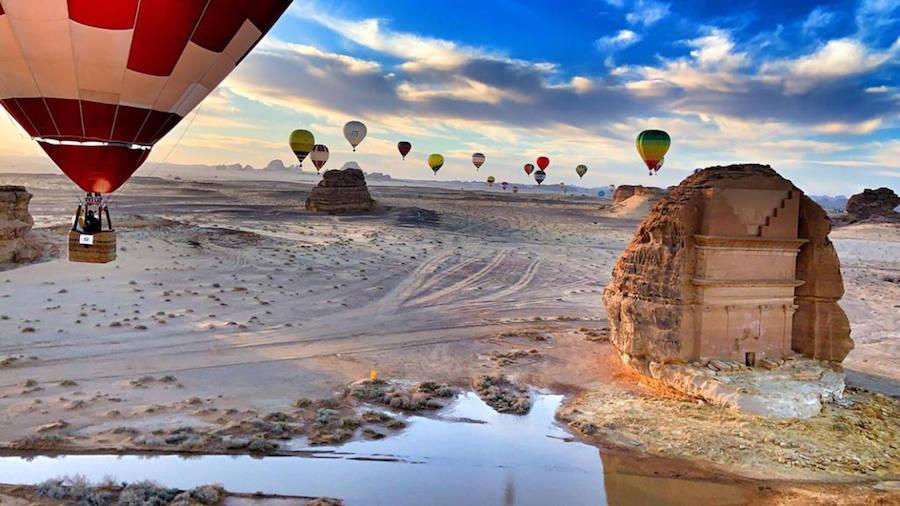Cuatro pilotos gijoneses, los primeros en sobrevolar las ruinas de Al-Ula en globo