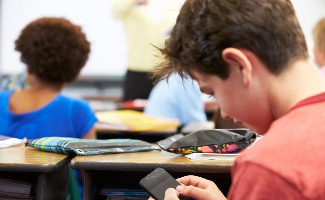 Los docentes piden a Educación que unifique las normas de uso de móviles en los centros