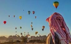 Cuatro gijoneses sobrevuelan Arabia en globo