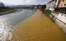 El río Sella, de dos colores a su paso por Arriondas