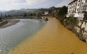 Las obras tras el hundimiento de Arobes tiñen el río Piloña de marrón