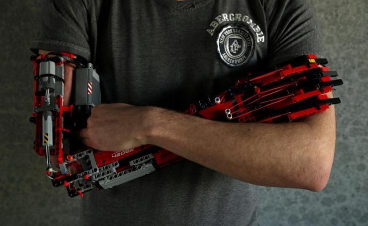 Un joven construye su propia prótesis de brazo con piezas de Lego