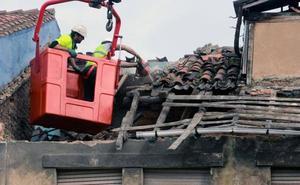 Se derrumba parte de la techumbre de un edificio abandonado en La Felguera
