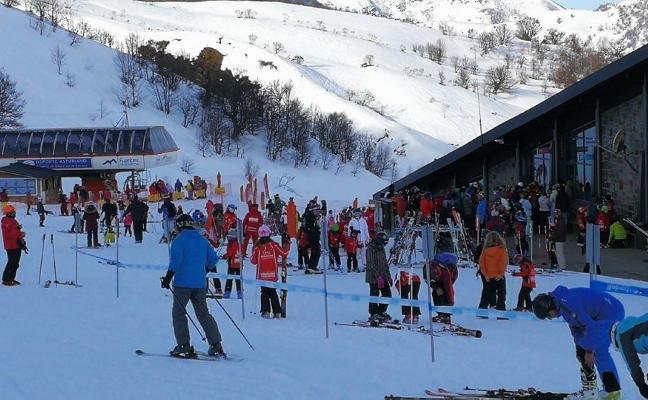 Notable afluencia de esquiadores en las estaciones asturianas