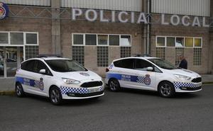 Se estrella contra un coche de la Policía Local de Avilés y agrede a dos agentes