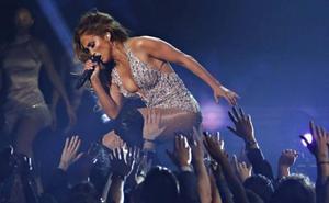 Unos Premios Grammy con voz de mujer
