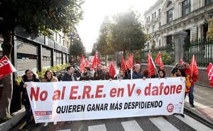 Trabajadores de Vodafone llevan ante la Junta su protesta contra el ERE