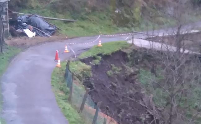 Vecinos de Bullaso temen que la carretera de acceso al pueblo se venga abajo por un argayo