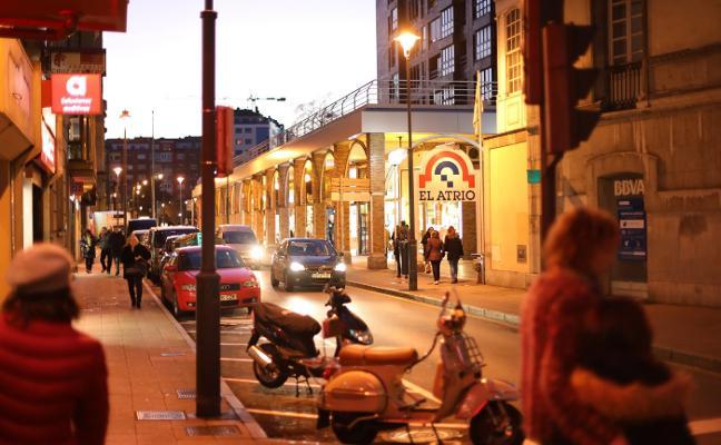 Un vehículo causa alarma entre los peatones en el centro de Avilés