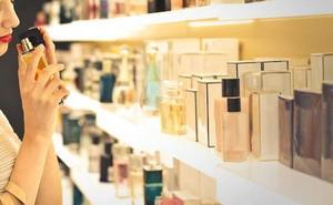 Dos detenidos de 22 y 21 años por hurtar numerosos cosméticos en un supermercado