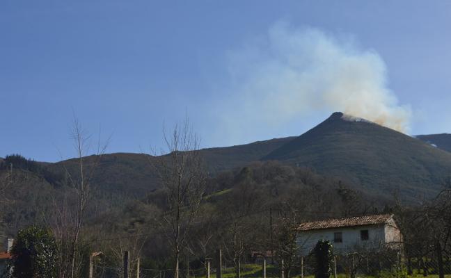 Extinguido el incendio de la sierra de Pedroiro, que afectó a monte bajo en Belmonte