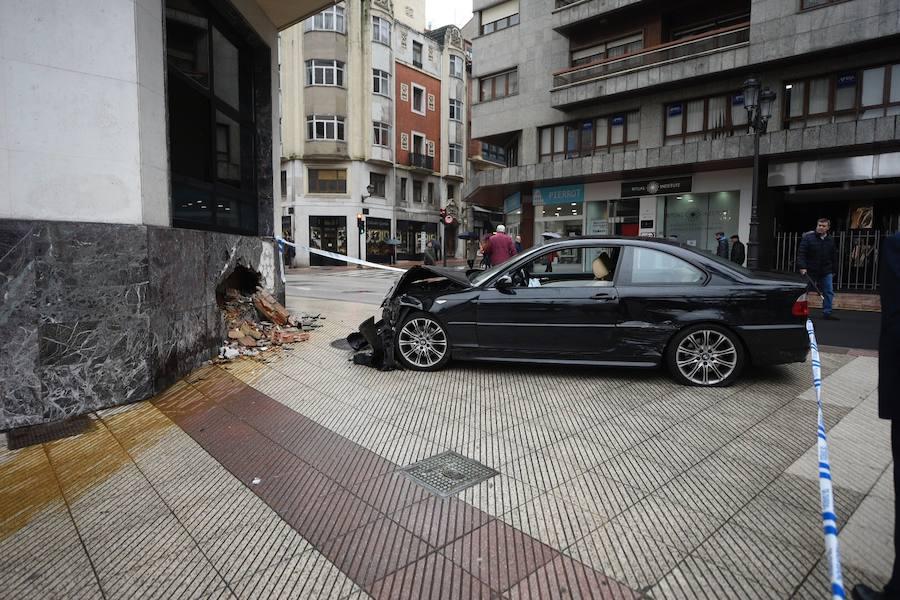 Un coche, empotrado en el edificio del Sespa en Oviedo