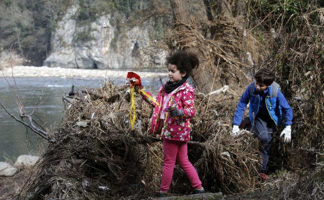Una «tonelada» de basura a orillas del Nalón