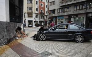 Herida leve una conductora tras estrellarse contra la fachada del Sespa en Oviedo