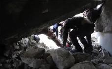 Rescate in extremis a dos cachorros sepultados tras un bombardeo en Siria