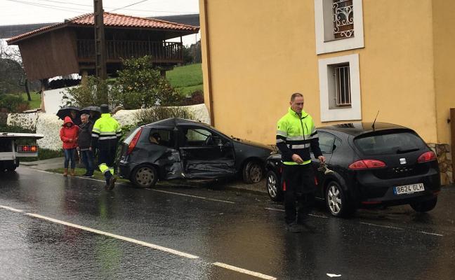 Pierde el control de su coche y se empotra contra otro estacionado en Nubledo