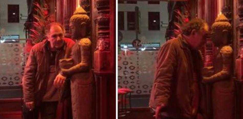 Bebe en exceso y liga con una estatua