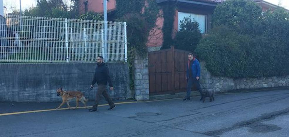 Dos agentes caninos inspeccionan los vehículos de los detenidos por el asesinato del concejal de Llanes Javier Ardines