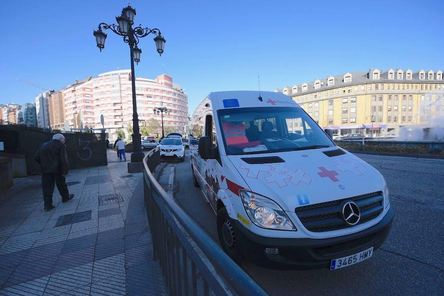 Accidente en la glorieta de la Cruz Roja en Oviedo