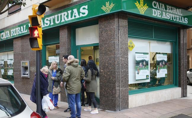 Investigan si los atracadores de una oficina de Caja Rural en Gijón participaron en robos similares