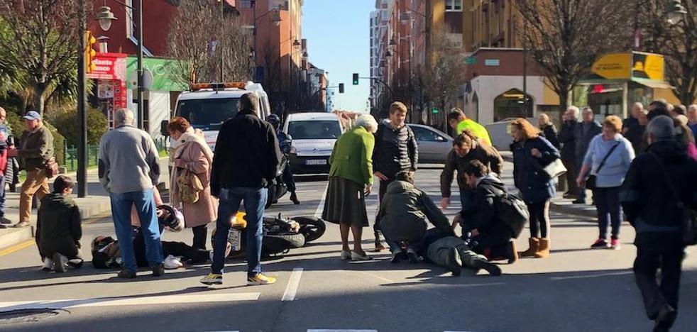 Heridos un motorista y un peatón en un atropello en Gijón