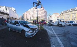 Herido leve en un aparatoso accidente en la glorieta de la Cruz Roja de Oviedo