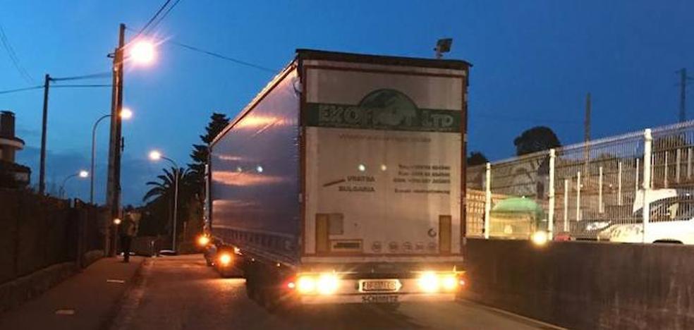 El atasco de un camión de grandes dimensiones retrasa el paso al juzgado de los detenidos