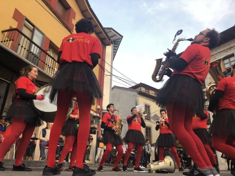 Infiesto celebra el primer concurso de charangas y chirigotas