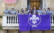 Los scouts exhiben su bandera en el Ayuntamiento