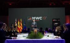 El Rey, ante Torra en la cena del Mobile: «España es una democracia plena y con instituciones sólidas»
