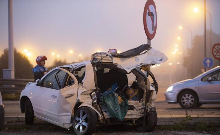 Brutal colisión entre dos coches en Gijón