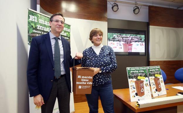 El Ayuntamiento de Oviedo reparte 12.500 cubos marrones para la recogida de basura orgánica