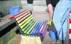 El Ayuntamiento de Oviedo vuelve a pintar los bancos de arcoiris en respuesta a la queja de un vecino