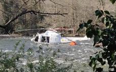 Un helicóptero cae al río cuando apagaba un incendio en Belmonte de Miranda