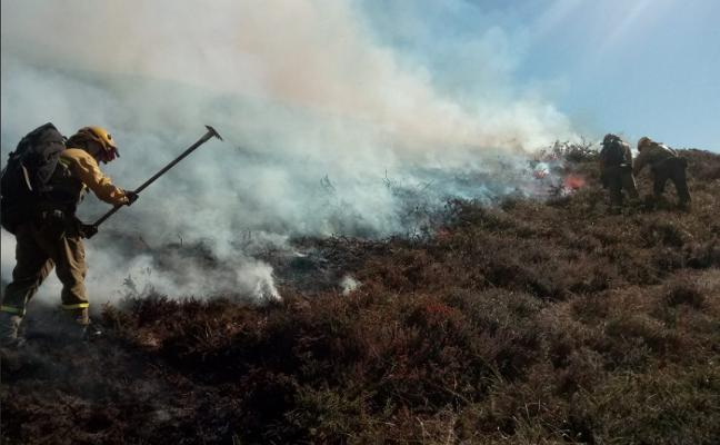 Asturias registra una decena de fuegos forestales en una jornada de alto riesgo
