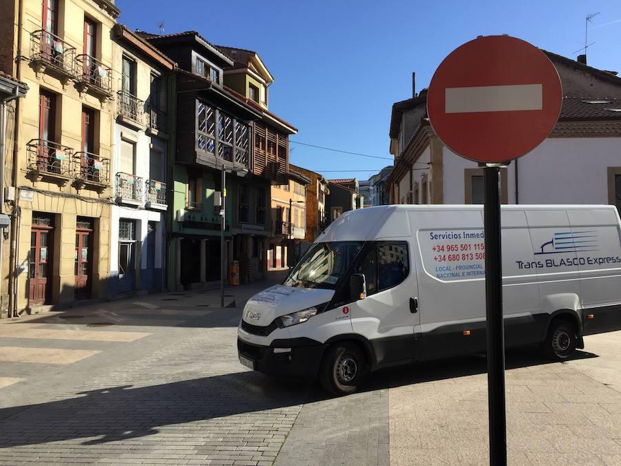 Las cuatro calles de Pola de Siero con el tráfico restringido y videovigilancia registran 478 denuncias en solo cinco días